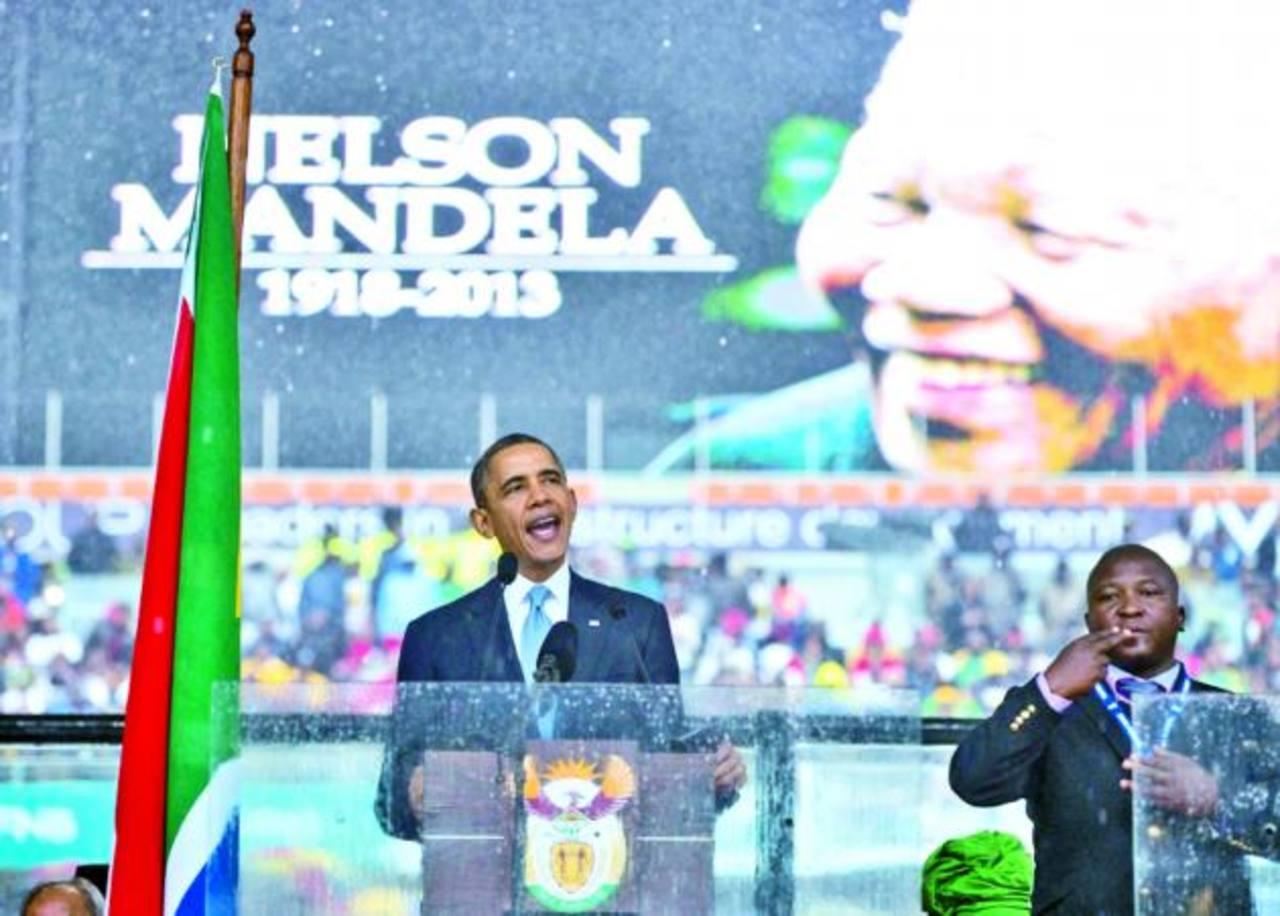 El supuesto intérprete (derecha), durante el discurso del presidente de EE. UU., Barack Obama. foto edh / efe