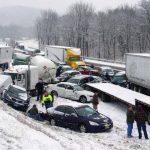 Vehículos apilados por un kilómetro y medio en la autopista Turnpike de Pensilvania, a raíz de choques múltiples por las resbalosas carreteras.
