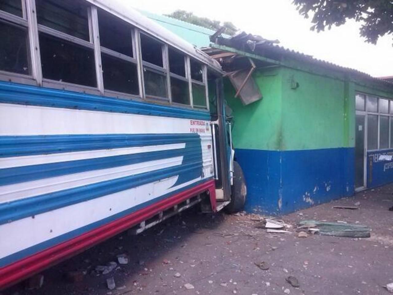 Un autobús de la ruta 80-B que viaja entre El Majahual y el Puerto de La Libertad chocó contra una cooperativa de pescadores, frente al Malecón, tras asalto. Foto cortesía Kevin Salazar