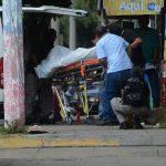 El cadáver de Abel Antonio Parra es introducido a una ambulancia del Instituto de Medicina Legal. Foto EDH /jaime anaya