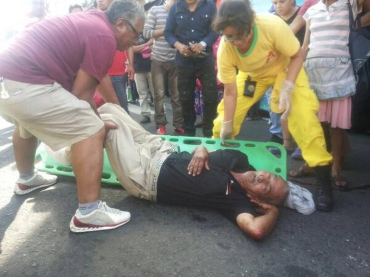Este hombre fue atropellado en la Avenida España. FOTO EDH Jorge Reyes, vía Twitter.