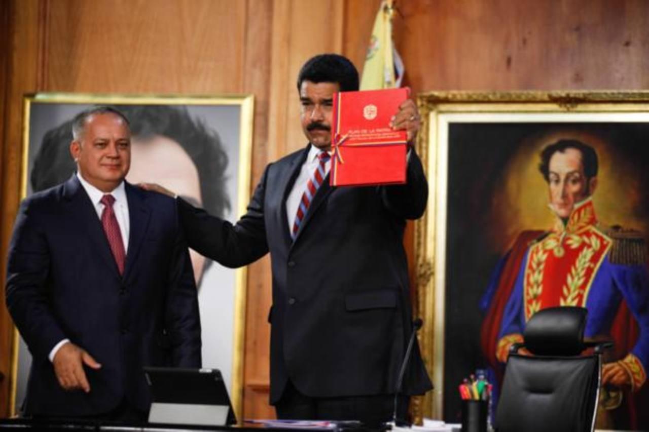 Diosdado Cabello, presidente de la Asamblea Nacional, entregó ayer a Nicolás Maduro el plan escrito por Chávez.