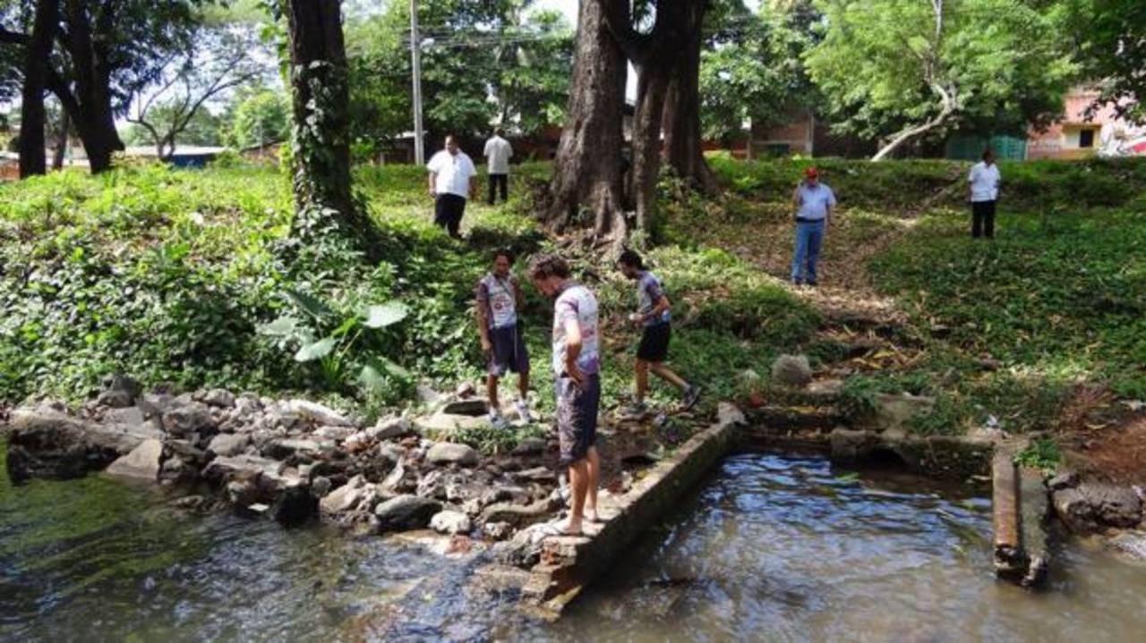 El río Arce es un nacimiento de agua pura que sólo será usado para que la gente conozca, pero no para que se bañen. Foto EDH / Lucinda Quintanilla