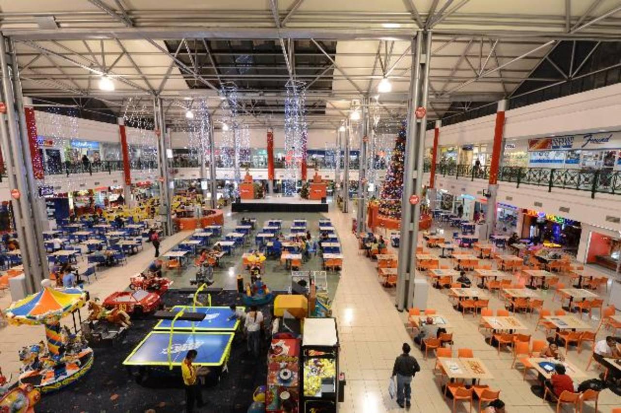 El área de food court, con sus diferentes establecimientos de comida es uno de los favoritos de los visitantes a ese centro comercial. foto edh / mauricio cáceres