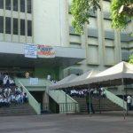 Los egresados de Medicina en nueva protesta en la Facultad de Medicina de la Universidad de El Salvador. FOTO EDH Susana Joma, vía Twiiter.