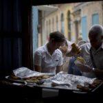 Muchos cubanos han comenzado a poner sus pequeños negocios como este de venta de empanadas. foto edh / AP