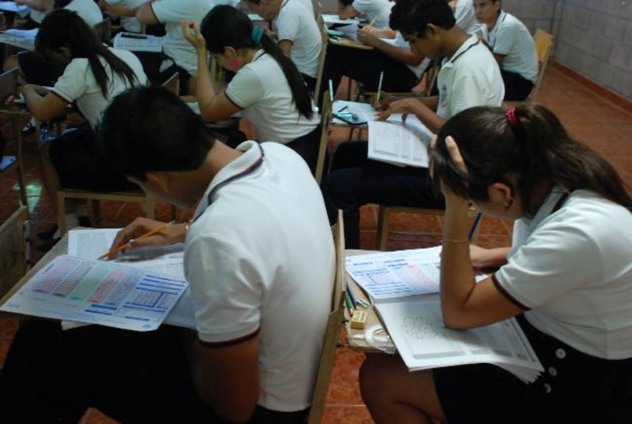 Los estudiantes que no alcanzan nota superior al promedio nacional tienen que repetir la prueba . Foto EDH / archivo