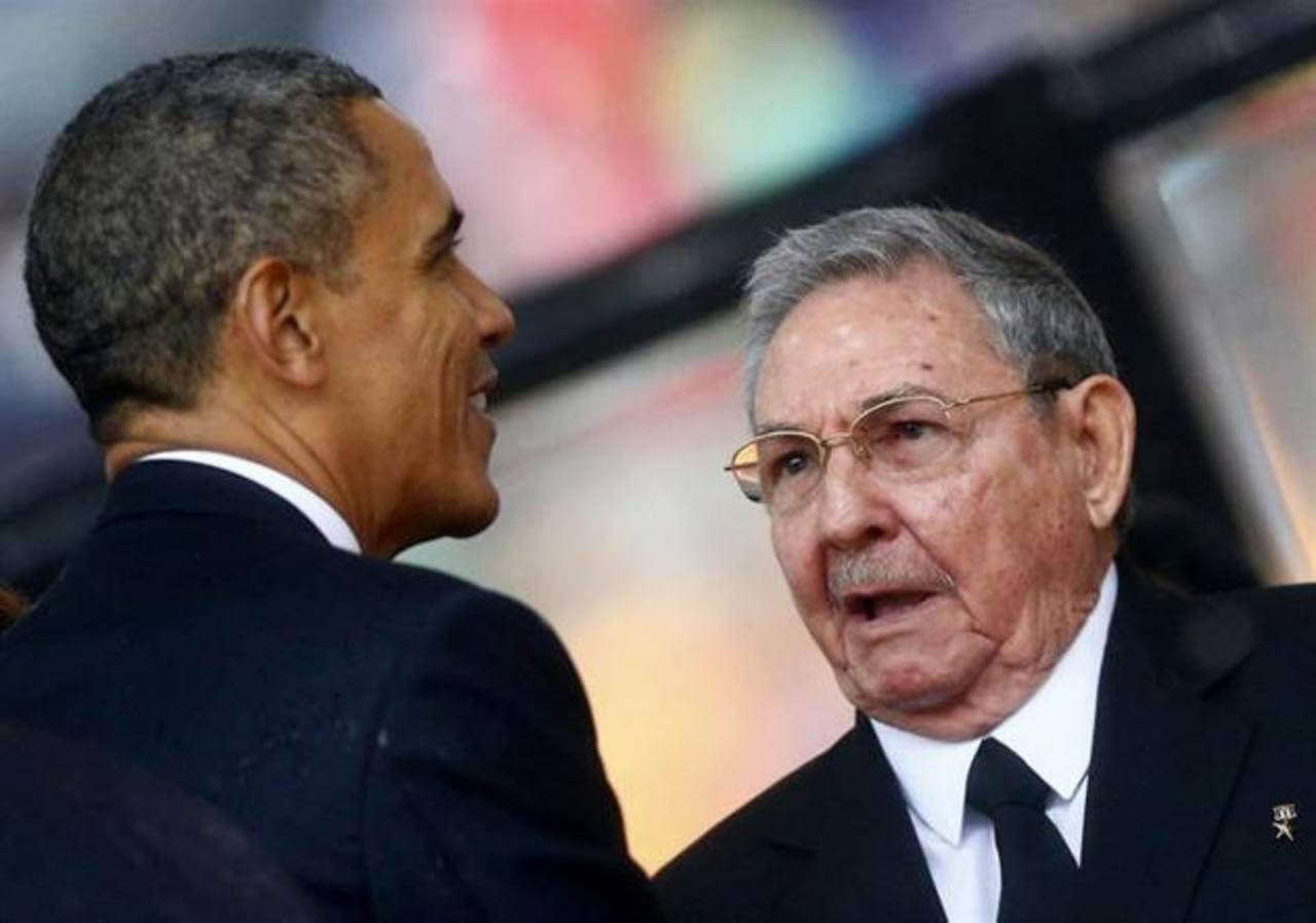 El presidente de los EE. UU., Barack Obama (iz) y el dictador cubano Raúl Castro.
