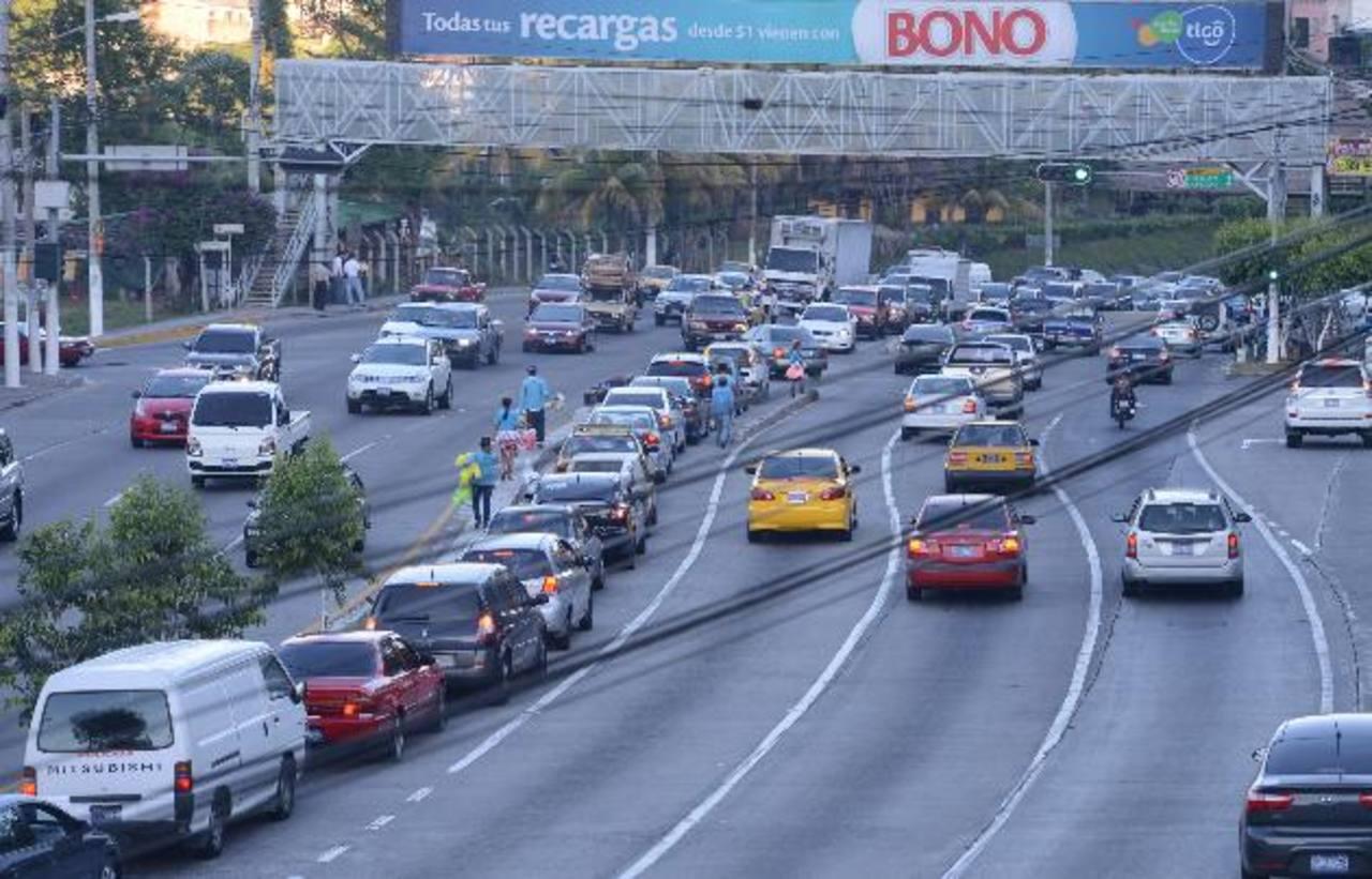 El semáforo del Rancho Navarra, autopista Comalapa, es un lugar asediado por delincuentes. FOTO EDH / MAURICIO CÁCERES