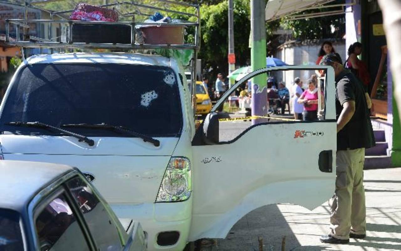 Investigador de la Policía observa el pick up que manejaba el sargento policial que resultó herido de bala al ser atacado en las afueras de Huizúcar, La Libertad. Foto EDH / Jaime Anaya