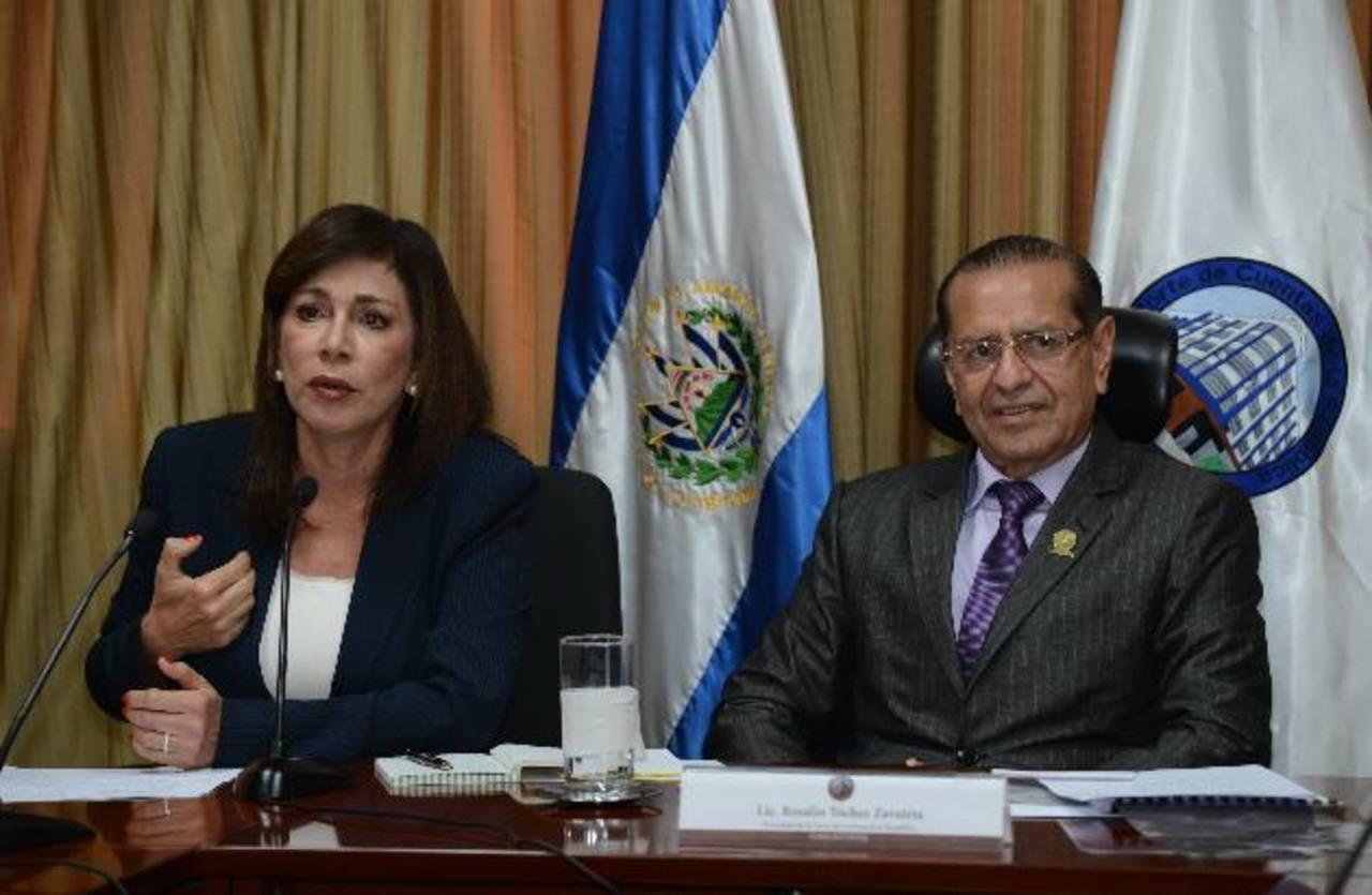 Diputada De Escobar no logró seguir con discusión de reforma a ley de economía mixta.Ernesto Muyshondt, vicepresidente de ideología de ARENA, muestra la foto y pide investigación. foto edh / edmee velásquez