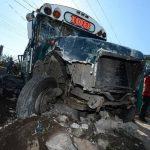 En San Juan Opico, un bus chocó contra el muro de una casa. Foto EDH / Jaime Anaya