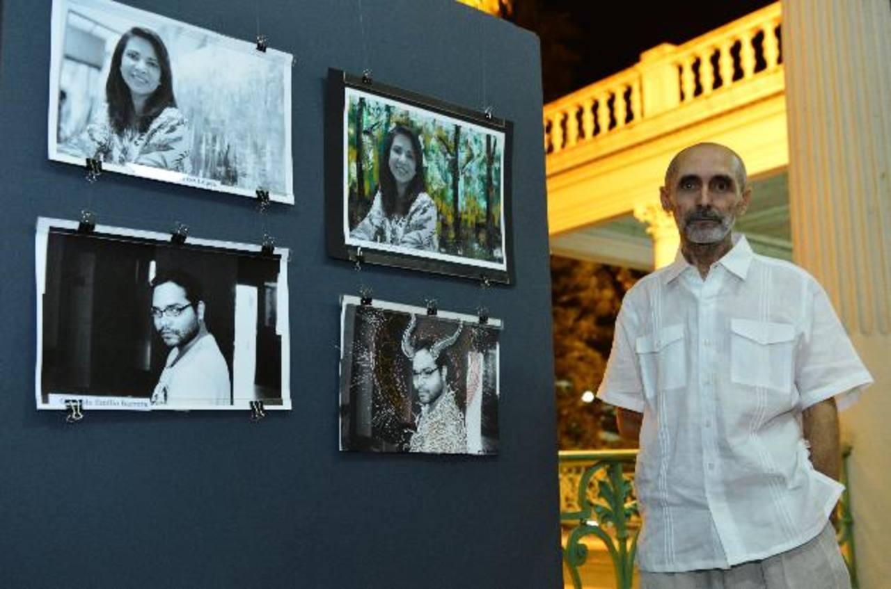 El artista español se deja fotografiar junto a algunos de los retratos. fotos edh / césar avilés