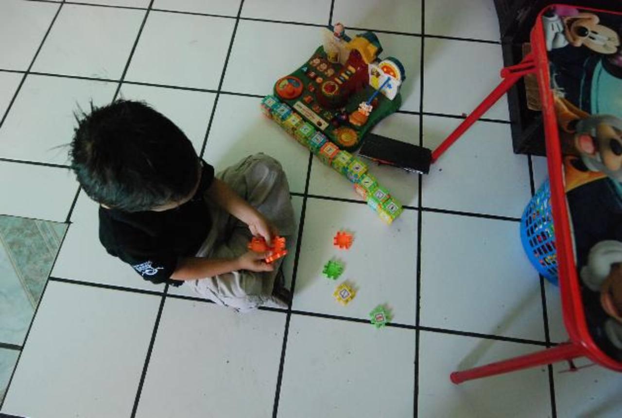 Jefferson Chacón se entretiene con sus juguetes, en su hogar ubicado en Santa Ana.
