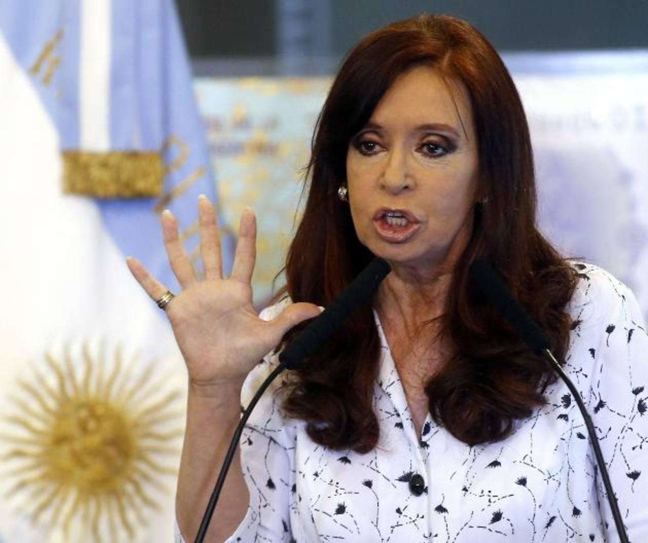 La mandataria argentina se había ausentado para tratar su hematoma craneal y ahora le aqueja lumbalgia en momentos en que su país es afectado por una severa inflación.