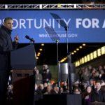 El presidente Obama habla a trabajadores en una fábrica de West Mifflin, Pensilvania, donde firmó un decreto para que los contratistas federales eleven el salario mínimo de sus trabajadores a $10.10 la hora.