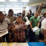 Personas llenan solicitudes de empleo en EE.UU.