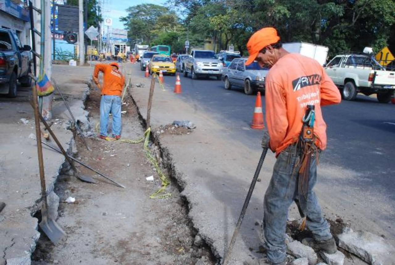 Los trabajadores de Obras Públicas y Fovial realizaban labores de ampliación en el puente Hirleman y Carretera Panamericana, la mañana de ayer. foto edh / carlos segovia