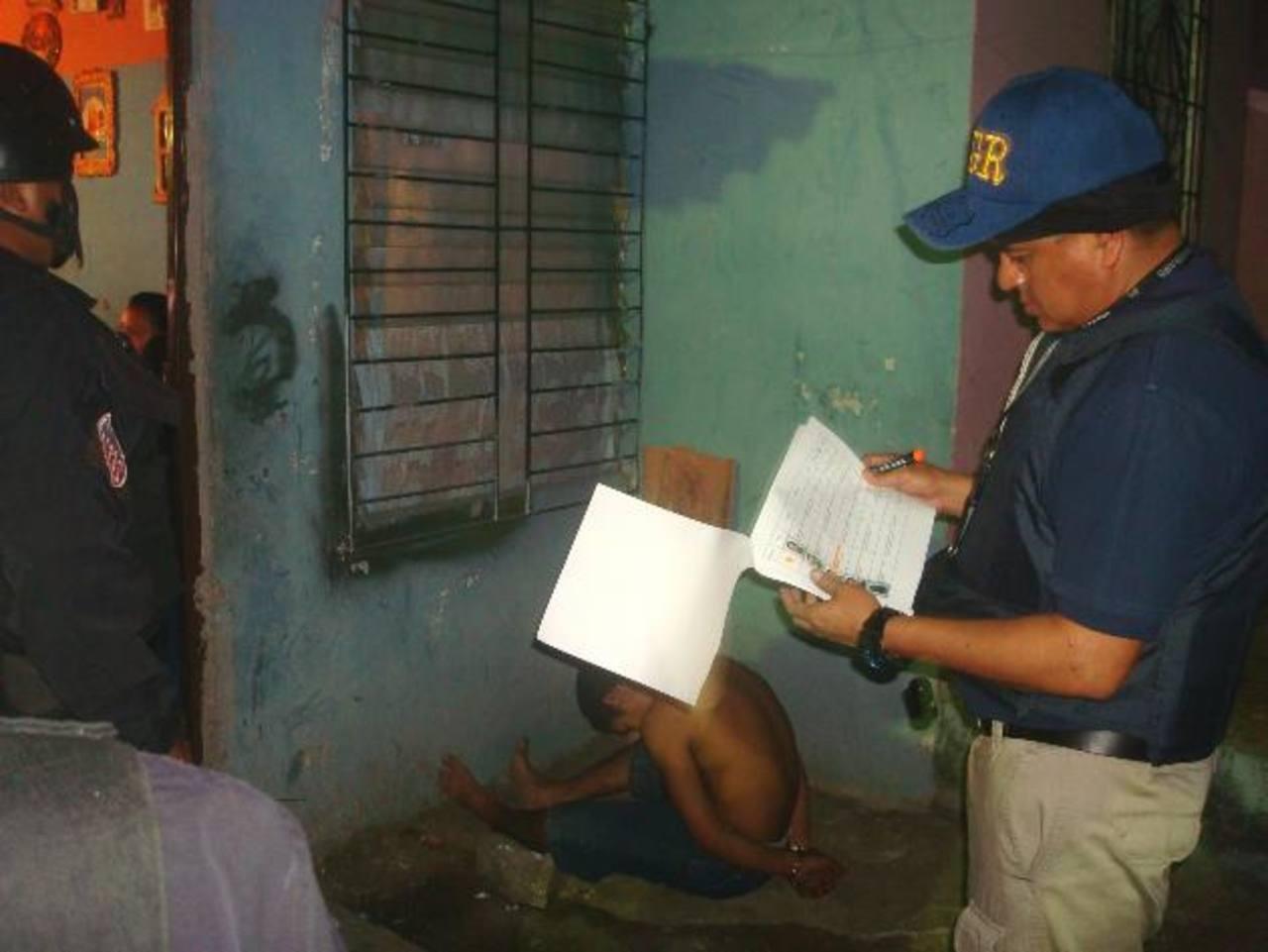 Fiscales verifican la identidad de los sujetos con las órdenes de capturas. La mayoría de las capturas fueron a supuestos miembros de la mara Salvatrucha. Foto EDH / Cortesía Fiscalía