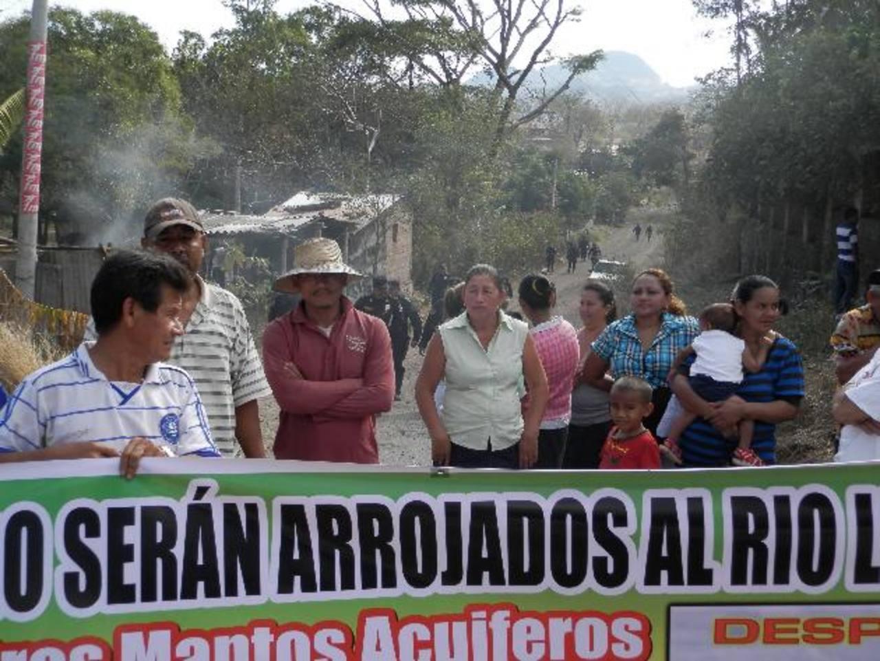 Residentes en los alrededores del nuevo relleno, volvieron a protestar. Foto EDH / Milton Jaco