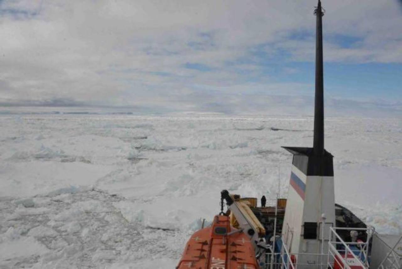 Un buque ruso con 50 turistas y científicos quedó atrapado en la Antártida.