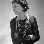 """Gabrielle Bonheur """"Coco"""" Chanel es considerada una revolucionaria de la moda. Abogaba por atuendos más cómodos, sencillos y elegantes. Puso de moda el vestido negro. La cantante Rihanna luce los clásicos collares de perla y un vestido Chanel. El embl"""