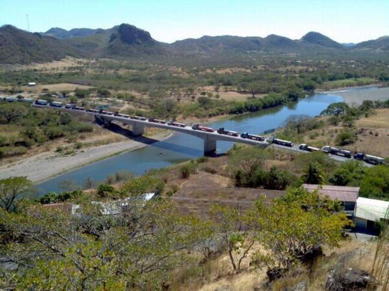 Larga fila de camiones estuvieron estacionados hoy en la frontera El Amatillo. Foto vía Twitter Juan José Morales
