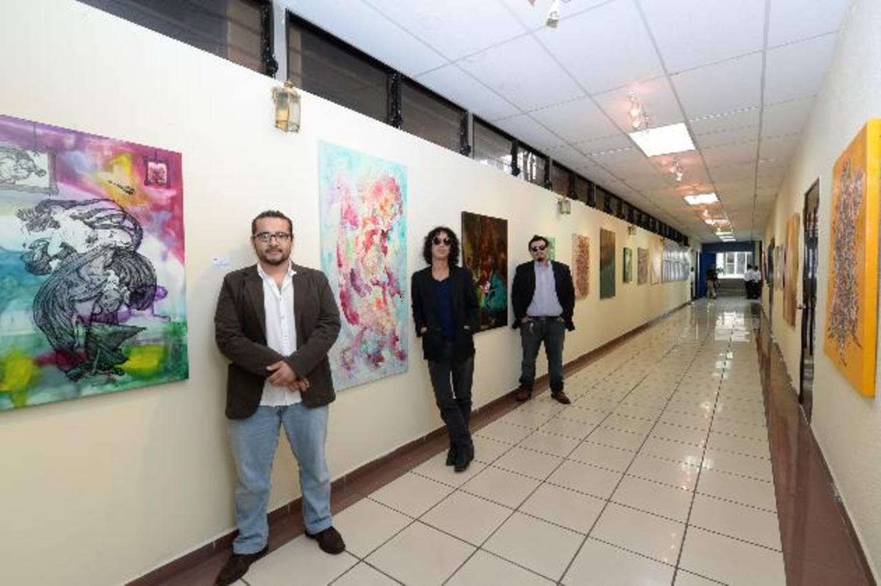 En la imagen Jorge Merino, Óscar López y David Duke junto a sus obras en la Senda de las Artes. Foto EDH / Omar Carbonero