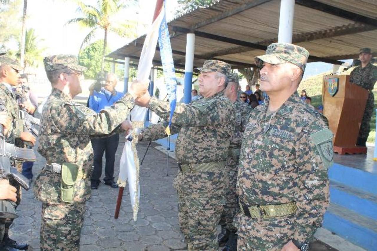 El coronel Pedro Edgardo Portillo (izq.) es el nuevo comandante del DM-7. Foto EDH / Roberto Zambrano