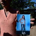 Una pariente de Sandra Beatriz Cuéllar Calderón muestra una fotografía de la víctima que fue ultimada ayer. Foto EDH / Jaime Anaya