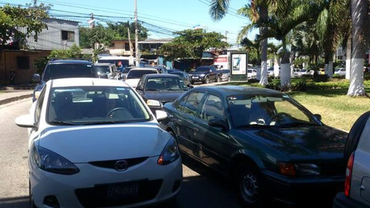 El tráfico vehicular se tornaba complicado por la zona del Árbol de La Paz debido a la reconstrucción de un accidente en la zona. Foto vía Twitter Claudia Castillo