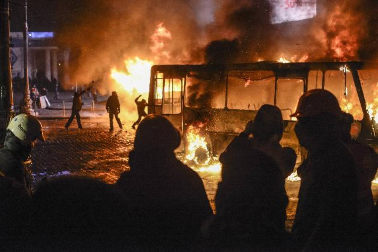 Un grupo atacó un autobús policial, lo que derivó en duros enfrentamientos. Manifestantes enmascarados lanzaron bombas de humo y bengalas contra los agentes antidisturbios, hiriendo a 20. foto edh / AP