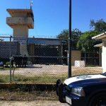 Peritos recopilan información en el centro penitenciario del municipio de Iguala, en el estado de Guerrero. foto edh /EFE