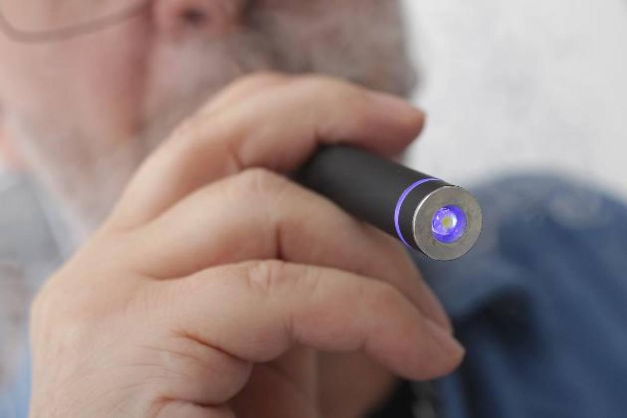 Los cigarrillos electrónicos producen un vapor rico en nicotina que se puede inhalar, lo que continúa causando un gran debate por los efectos secundarios en la salud. foto edh
