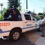 Policías ingresan al Centro Internacional de Ferias y Convenciones (Cifco), en donde un vigilante privado habría violado sexualmente a un compañero de trabajo. Foto EDH / Claudia Castillo