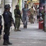 La policía federal y soldados hacen guardia en Apatzingán. Foto/ AP