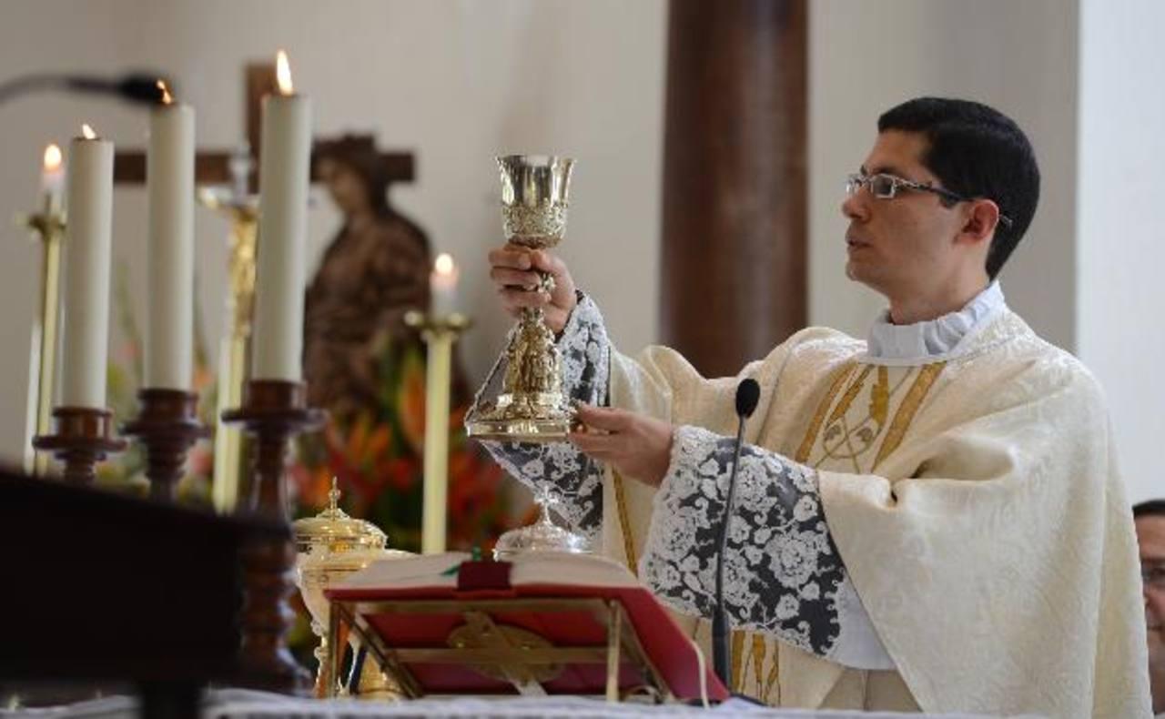 La Santa Eucaristía fue presidida por el sacerdote Fernández, quien estuvo acompañado de amigos y familiares. Fotos EDH / MAURICIO CÁCERES