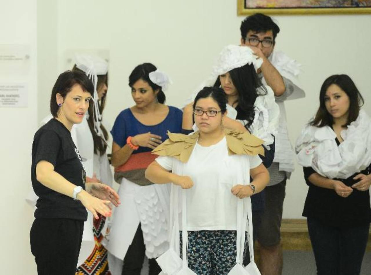 La diseñadora argentina Carmen Busularo, vestida de negro, da recomendaciones en una de las actividades del taller.