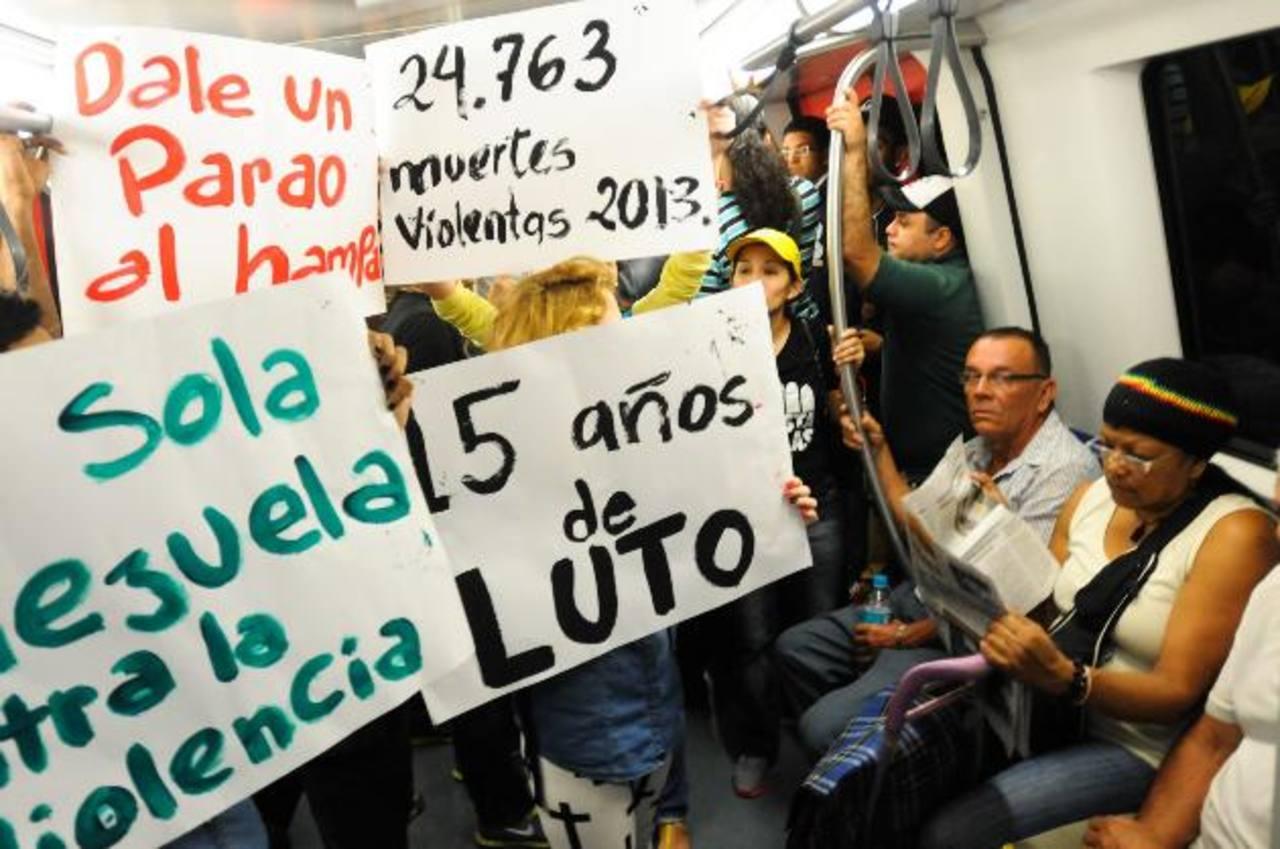 Artistas y civiles venezolanos participan en una protesta en contra de la violencia luego del asesinato de la actriz y exmiss Mónica Spear. foto edh / archivo