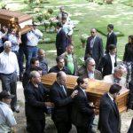 Parientes y amigos cargan los féretros con los restos de Mónica Spear (der.) y su exesposo Thomas Henry Berry. foto EDH / AP