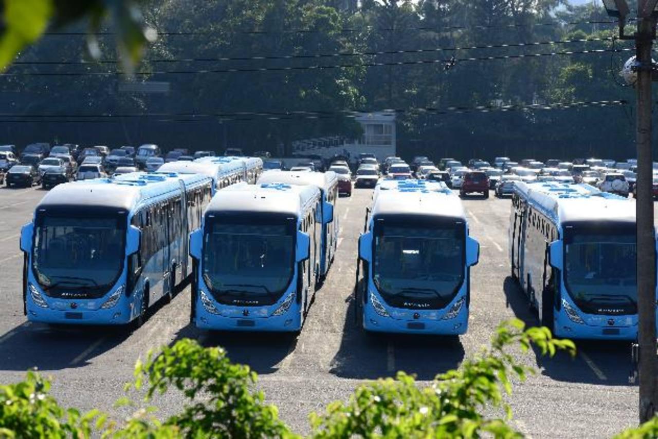Desde el pasado 17 de enero, los primeros seis buses del Sitramss que ingresaron al país están siendo guardados frente al parqueo del Cifco. Foto edh / jorge reyes