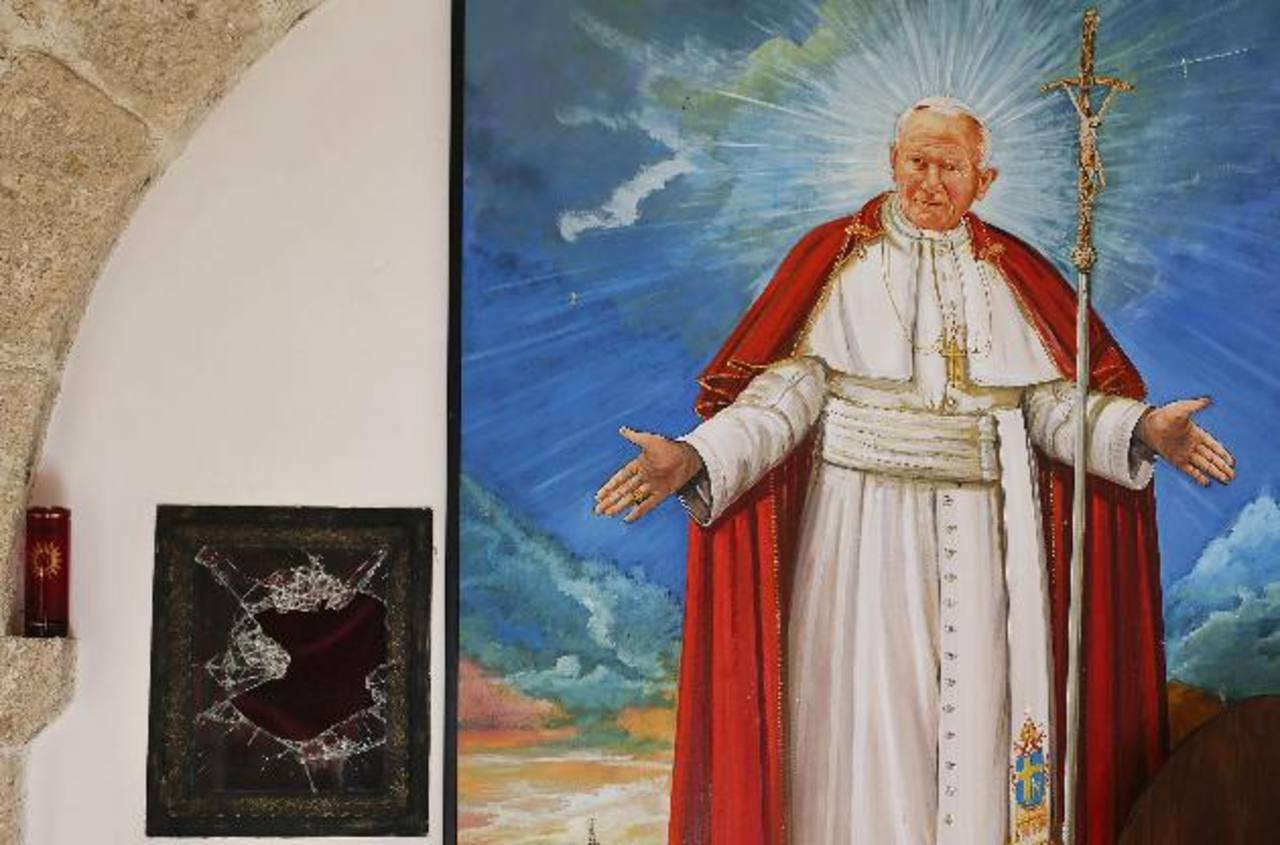 Los vidrios rotos del lugar donde se conservaba sangre del fallecido Papa Juan Pablo II en una iglesia en San Pietro della Ienca, Italia. Foto/ Reuters