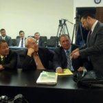 El abogado de Antonio Saca, Manuel Chacón, conversa con Hugo Barerra (al centro de la mesa) antes que iniciara la diligencia judicial. FOTO EDH Diana Escalante.