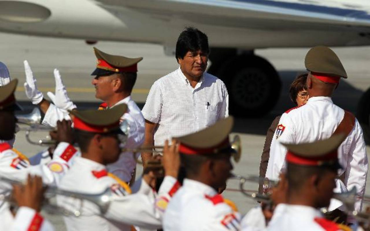 El gobernante de Bolivia, Evo Morales (c), llegó ayer a La Habana, Cuba. Foto edh/efe