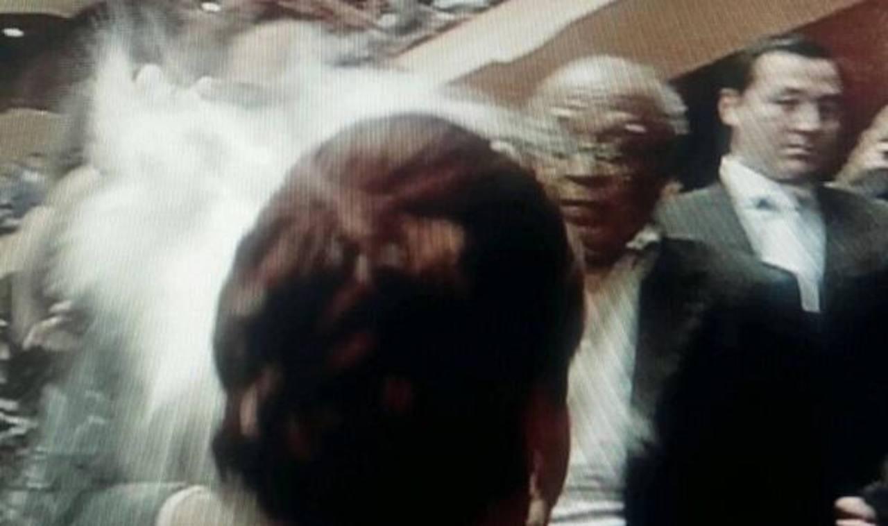 Momento en el que la vicepresidenta es rociada con harina