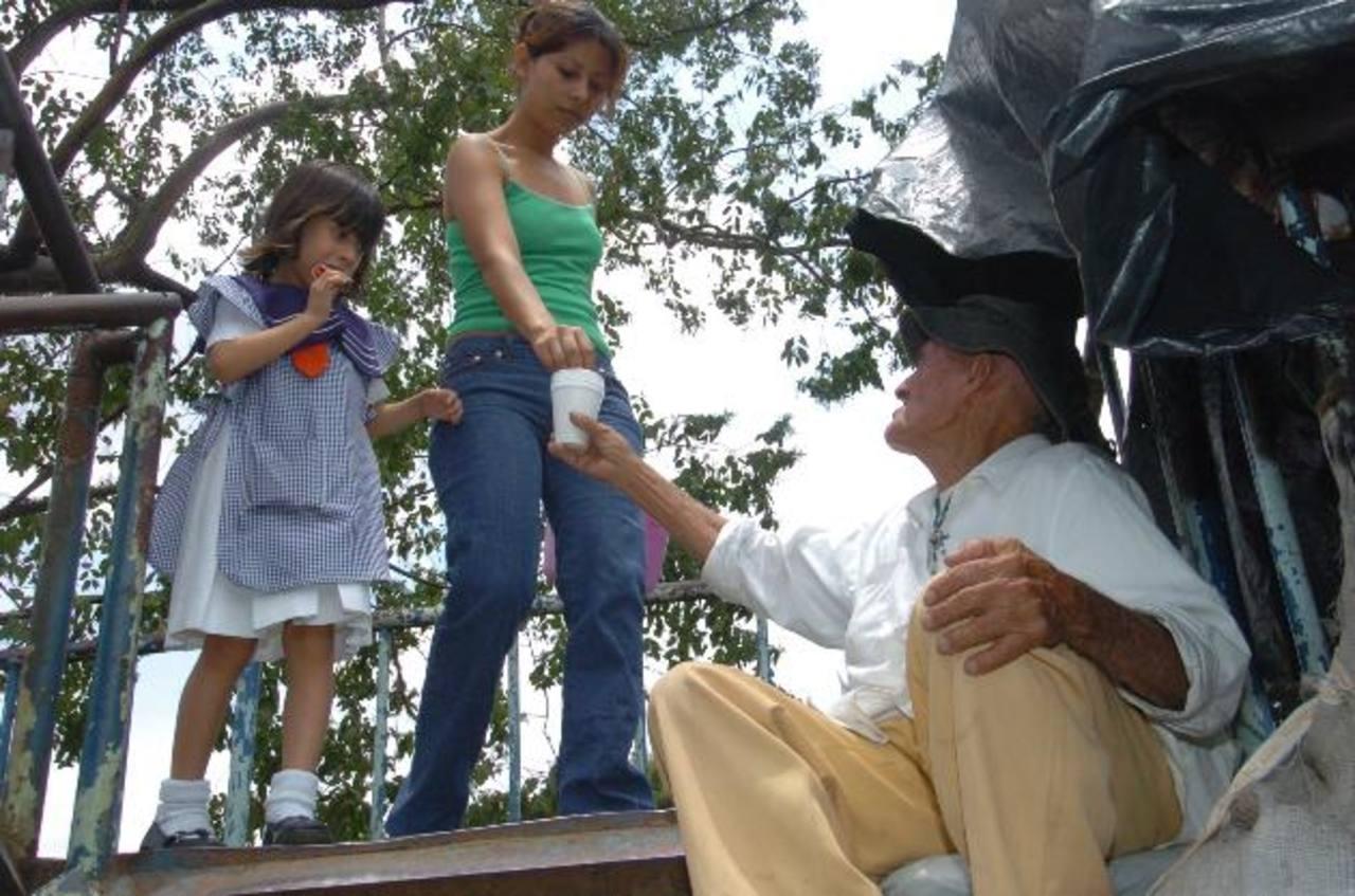 La mendicidad es la única forma en que los adultos mayores que deambulan por el gran San Salvador obtienen ingresos. Lo recolectado apenas alcanza para un almuerzo. Foto edh / Archivo