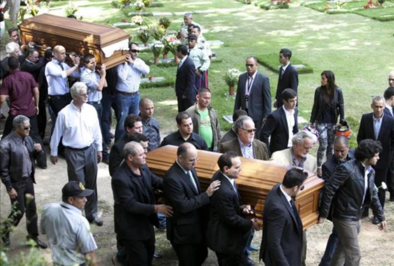 Spear fue asesinada el pasado lunes junto a su esposo mientras vacacionaba en Venezuela. Familiares, amigos y fans acudieron a la ceremonia.
