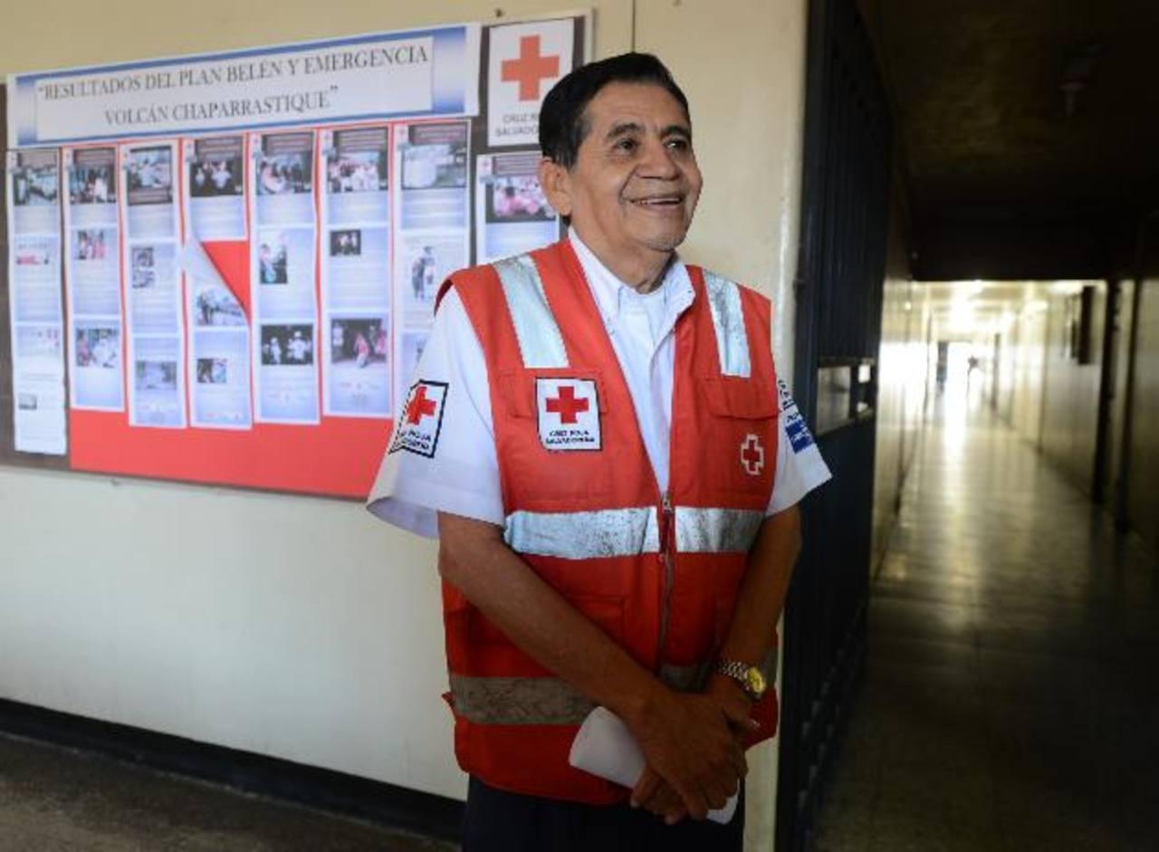 Las amistades de don Carlitos se sumaron al festejo de sus 40 años de servicio en Cruz Roja Salvadoreña. Foto EDH / Mauricio Cáceres