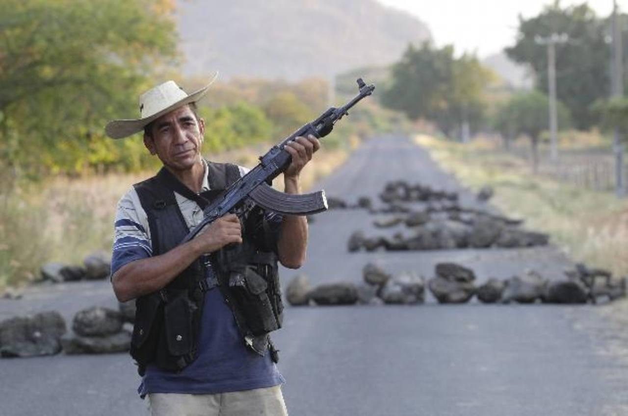 Autodefensas en Las Huertas, Michoacán, custodian para evitar la incursión de los Caballeros Templarios. foto edh / efe