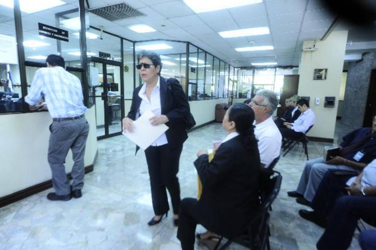 Los despedidos acudieron este lunes pasado a la Corte Suprema a buscar el amparo de los constitucionalistas. Foto EDH